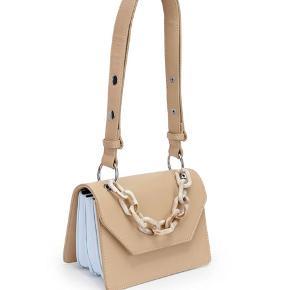 """Sælger denne Unlimit taske i modellen """"Nelly"""". Tasken er aldrig brugt og helt som ny. Vil gerne så tæt på nypris som muligt:)"""