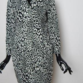 BITTE KAI RAND kjole str 36/38 (er ikke super lille i str), sort/hvid, 2 lommer, super behageligt stof bom/poly/stretch, brugt 2-3 gange, næsten som ny