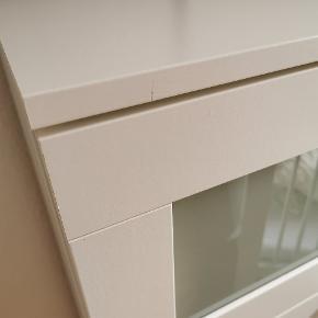 Hvid IKEA Brimnes kommode med fire skuffer. I super god stand, men med to små mærker på skuffer, som det fremgår af de to sidste billeder. Sælges udelukkende pga. ommøblering og deraf pladsmangel.  B: 79,5 cm D: 41 cm H: 124 cm