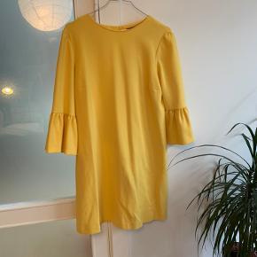 Sød gul kjole fra ZARA, med søde 3/4 flæseærmer