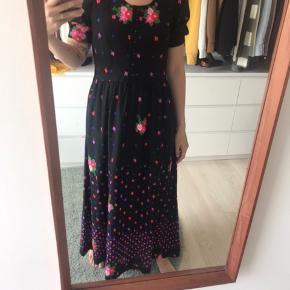 Vintage maxi kjole med blomster detaljer, den bliver lynet i siden og knappet foran. Mega god til sneakers eller hæl til sommerens fester 🌸