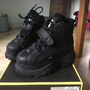 Hej, jeg købte de her sko på tilbud, men vil gerne have en god pris for dem alligevel.💕Mange tak for jeres forståelse.  Jeg går på efterskole i KBH, så vi kan sagtens mødes under aftale, i København området.