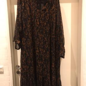 Sort med orange print .. maxi kjole i chiffon med foer .  Str Xl ( 54 )