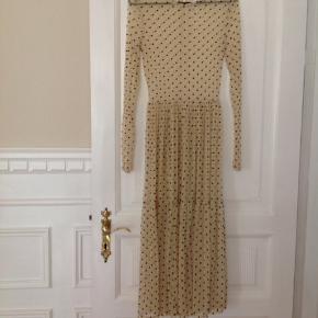 Rigtig fin Samsøe Samsøe kjole. Der står ingen. Str. i, men jeg bruger str. S og passer den. Jeg synes man skal have en underkjole under (medfølger ikke) byd gerne