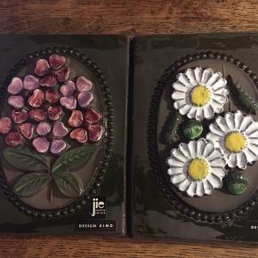 jie gantofta Sweden,  Flot relief med blomster. Stemplet jie Gantofta Sweden Design AIMO 844 og 845 L. 23 cm. H. 18,5 cm.  Kan hentes Kbh V eller sendes for kr. 40,-  Samlet pris 150kr