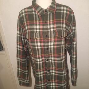 Ternet skovmandsskjorte i størrelse xl. Ginen er en small.