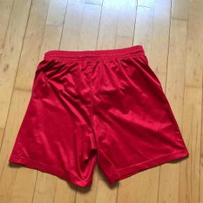 Varetype: shorts Farve: Røde Oprindelig købspris: 250 kr.  Flot stand  Str s