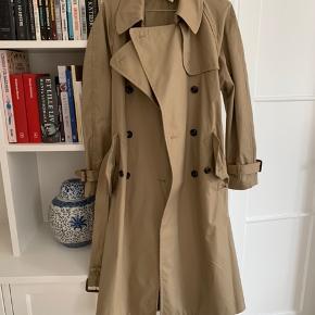 Flot twill trench coat fra Arket købt i foråret. I butik nu til 1950 kr. Desværre aldrig brugt, kun prøvet derhjemme.