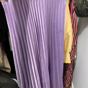 Fin lang nederdel, med elastik i livet. xs, men passer også small og en lille medium 💜💜✨✨
