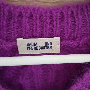 Lang sweater,  flot purple farve 💜 (billede 1 og 2 viser farven korrekt). Super blød strik til både fest og hjemmehygge.  Str XS, men synes, den sagtens kan passe også en S.  Fejler intet.