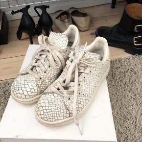 FESTIVALS SNEAKERS  STAN SMITH Sneakers i hvid med noget fint mønster   størrelse: 36 2/3   pris: kom med et realistisk bud    fragt: 37 kr   De er brugte og er oplagte som festivals Sneakers, se billederne for de fejl de har