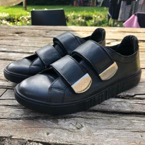 Helt nye læder WODEN sko, med velcro remme. De har aldrig brugt, da jeg desværre ikke kan passe dem✨
