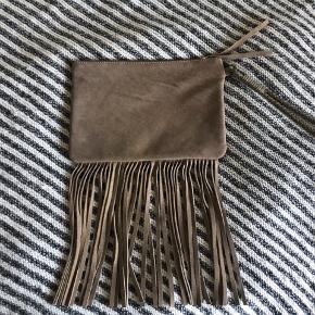 En håndtaske fra Day Birger Et Mikkelsen. Er lavet i rumskind og har umiddelbart ingen fejl.   Nypris: Kender ikke, da det var en gave.   BYD ✨  Spørg endelig hvis du gerne vil se flere billeder ;)