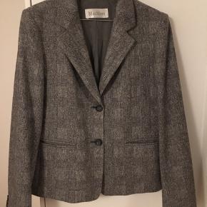 Den smukkeste dragt fra Max Mara Mainline i den mest luksuriøse grå ternede tweed kvalitet lavet i uld og cashmere. Dragten er made in Italy og den høje kvaliteten mærkes virkelig. Dragten er både let og åndbar og man har god bevægelighed deri. Blazeren har et helt klassisk figursyet snit og nederdelen er i midilængde og i et tilsvarende tidsløst design med slidt midtbag. 92% uld, 8% cashmere, 2% elastan. Str. 42. Kom med et bud. NP: 12.500kr.  Varen befinder sig i 9520 Skørping. Sender med DAO.  Se også min øvrige annoncer. Jeg sælger tøj, sko og accessories. Pt er min shop fuld af retro og vintagekup, high street fund og mærkevarer i mange forskellige str. Kig forbi og spøg endelig!!