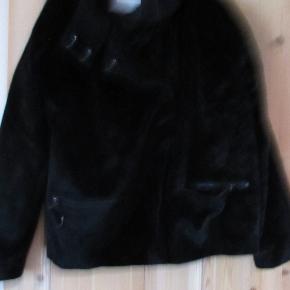 Fake Fur jakke fra Bonaparte str EU 46 - UK20. Mærkerne er klippet og husker ikke materialet, men den den er ikke ægte som jeg husker det. Jakken fremstår i en flot stand uden slid eller pletter. Bm ca 2x 61 cm Hel længde ca 63 cm  Se også mine flere end 100 andre annoncer med bla dame-herre-børne og fodtøj