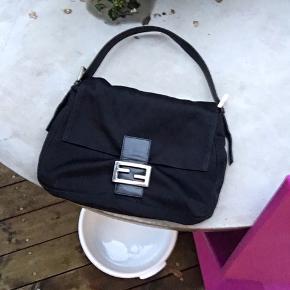 Fendi baguette taske meget eftertragtet fejler ikke noget :)