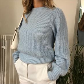 Sweateren er brugt et par gange - ingen skader mm. Sidder vildt pænt☺️  -lyseblå sweater -str. S