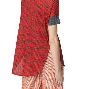 Super fin bluse fra By Malene Birger i røde nuancer, str. s.  BMB er generelt store i størrelsen.  Blusen er brugt en enkelt gang - derfor næsten som ny.