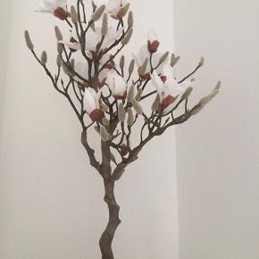 Smukt kunstig tulipan-træ - 85 cm højt - sendes ikke, men kan afhentes i Hornbæk. Købt tidligere i år.