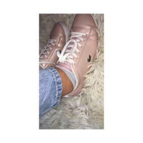 Super lækre Rose gold Lacoste sko.De er købt i Italien for et års tid siden for 850 kr.. De er ikke brugt særlig meget... Det er en str 37. Send mig en privat besked, ved flere spørgsmål.
