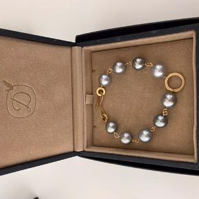 Anello Pearl armbåndet består af 9 store midnatsgrå Tahitiperler, 18 karat guld.