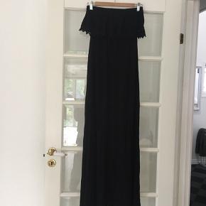 🌸 Lang sort kjole/ maxikjole med blonde kant.  Str. 36 Aldrig brugt.   Kan hentes i Odense sv eller sendes mod betaling af Porto :)