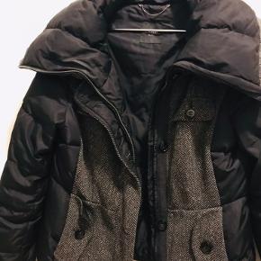 Lækker weekend Max Mara jakke med den skønneste store krave  Sort med grå detalje
