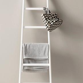 Sælger den her stige, som typisk bruges på badeværelset til at hænge håndklæder på. Den er aldrig brugt. Lige modtaget fra Ellos for en måned siden.