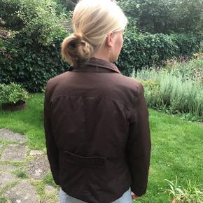 Brun jakke fra spansk genbrug 🦋  Vatteret og med skulderpuder. Kan passes af XS-S-M alt efter fit.