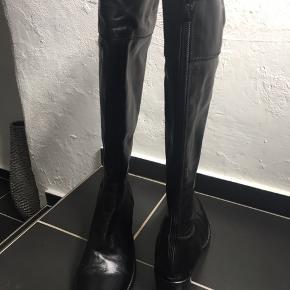 Flotte støvlerfra Billi Bi.  Kun brugt en gang og derfor sat som ny.   Har 6 cm hæl. Kan ikke bruge dem grundet  hæl og mit knæproblem.  Koster som ny 1899.