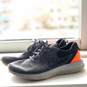 Nike React træningssko som også kan bruges som sneaks. Super lette og behagelige om ens fod. De er blevet brugt til træning, derfor lettere slitage, men stadig i god stand. Køber betaler fragt.