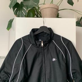 Retro Nike jakke i Large.  Super fed jakke, men sælges, da jeg ikke får den brugt.