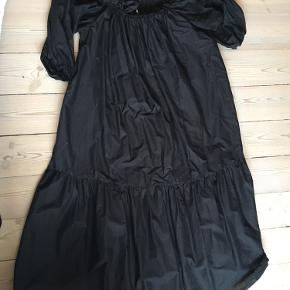 Virkelig flot off-shoulder kjole fra H&M! Sælger, da jeg desværre ikke har fået den brugt. Byd gerne💖