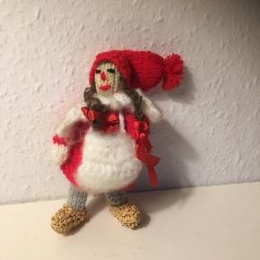 Ældre Strikket nisse med Muffedisse muffe - hænderne kan også være ude af den  Fletninger med sløjfer   Muffedisse og tørklæde i angora lignende garn  Ægte sivsko   Fin stand ca 12 cm   Julepynt Christmas jul nissepige   Sender gerne