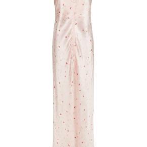 Jeg sælger denne smukke ganni silke kjole da jeg ikke kan passe den. Perfekt til bl.a. galla. Den er aldrig brugt og som man kan se har den stadig prismærke i. Nypris var 3199kr. Skriv gerne for flere billeder