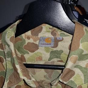 Carhartt skjorte i camouflage. næsten som ny.  Cone 8.5/10 Mødes i århus/hadsten eller kan sende for 50kr