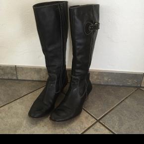 Billi Bi støvler, sorte, str 39, brugt meget lidt, så de er i rigtig fin stand.  Afhentes 6818 eller kan medbringes til 6700