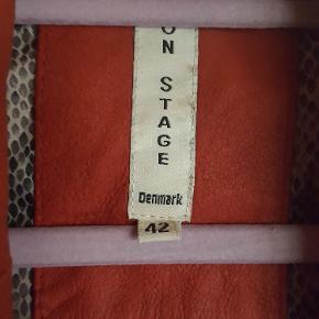 rigitig lækker kvalitets skind blazer fra on stage str 42 - den svarer til en 42 brugt et par gange så der er ingen fejl og mangler  sender gerne