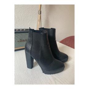 Super fine højhælede støvler, har en behagelig pasform. Støvlerne er 11 cm høje  Brugt få gange