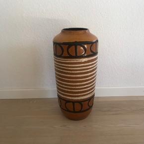 Gl West germany vase fra scheurich 517-45 ,  Produktionsmærker i kanten , se billede 3 , ingen afslag . Den er virkelig fin