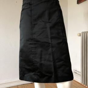 Smuk nederdel fra Hugo Boss. Brugt få gange, er som ny og fejler intet.  Str S.  Byttes ikke.