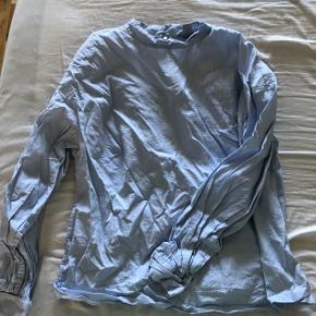 Så smuk skjorte i hvid og lyseblå striber. Med høj hals.