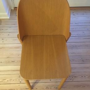 Bolia spisebordsstol i træ Højde: 62 cm Siddehøjde: 47 cm Bredde: 47 cm
