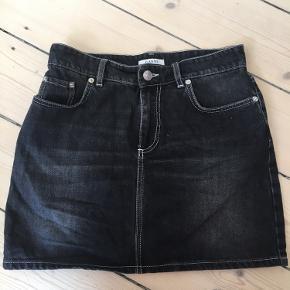 Har brugt den meget få gange. Denim nederdel fra Ganni, hvor der er gannis logo på bagsiden.