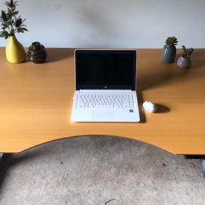 Mål 160x90. Ingen ridser eller skammer. Fuldt funktions dygtigt. Professionelt kontor møbel i en god størrelse til privat brug.