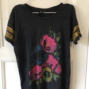 Lang oversize t-shirt dress fra asos  Str 36 - small Brugt meget lidt, så i rigtig god stand Blødt og behageligt stof  Kan hentes i Aalborg eller sendes med DAO på købers regning :)