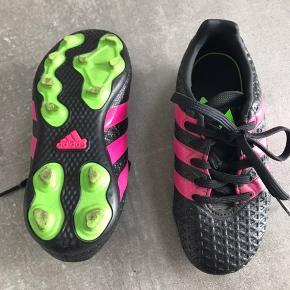 Fodboldstøvler fra Adidas, næsten som nye.