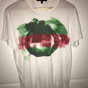 Ægte Gucci T-Shirt. Der er 2 små huller foran på trøjen, som ikke kan ses når den er på:)