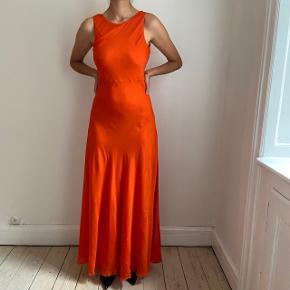 Fineste kjole i tyndt stof og åben ryg.