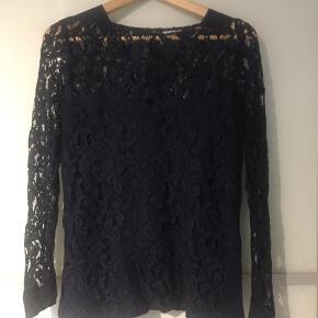 Super elegant og smuk Custommade bluse str. 38, lidt lille i størrelsen. Foring indeni☺️